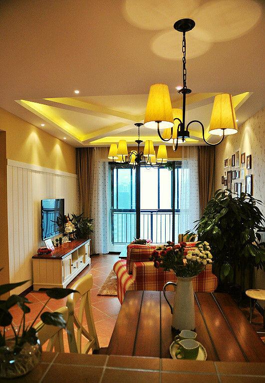 作为婚房设计一定要浪漫温馨。碎花图案墙纸,白橡木护墙使整间房子充满了浓郁清新的欧式田园气息。