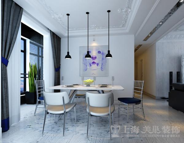 地面天然石材和木地板结合,满足了客户全房木地板的需求,也解决了餐桌