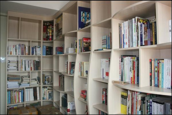 单独小房间的书柜