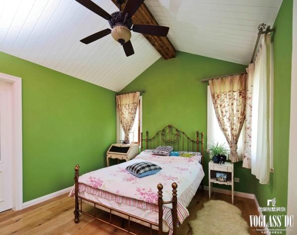 空间里没有过多的装饰,红绿撞色的墙面本身就是一道独特的风景线。降低了纯度的空 间将小女儿钟爱的两个颜色完美的结合在一 起,减少了烦躁感增加了异域的情调,配上铜 质的公主床和粉色小碎花的窗帘及床品