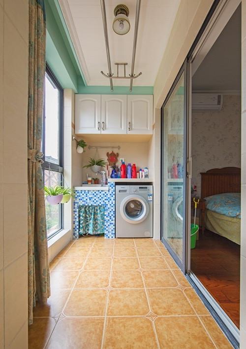 卧室阳台:洗衣机+储物柜,家庭需要已满足,地面必须是大地砖,千万不要用木地板。