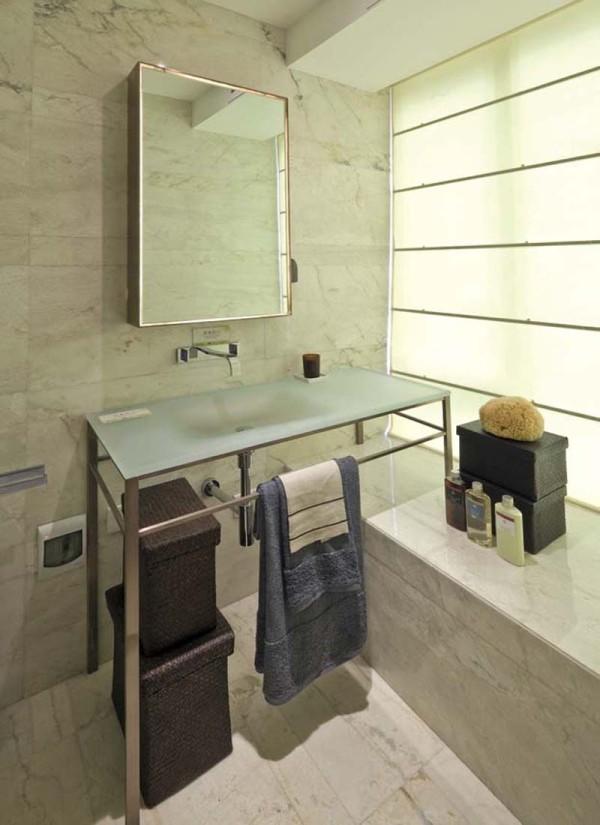 卫生间装修采用磨砂玻璃,即放大了空间,又不失情调。