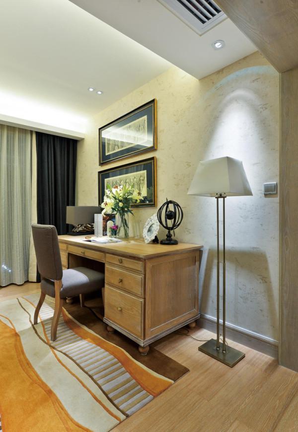 书房区域,业之峰装饰设计师在设计书房时,主要运用原木色的书桌和地板和壁纸的搭配和运用。