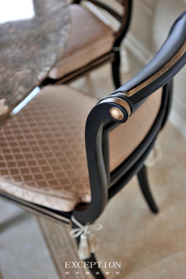 设计解读--餐厅细节餐椅上的描金手法状似无意,却是设计师的精心安排,与背景墙上香槟金色的马赛克拼花相映成趣,纵横间展露出设计师拿捏得当的奢适尺度。