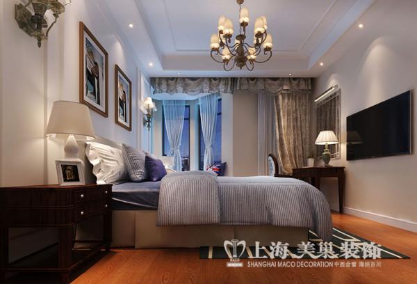 橄榄城158平四室两厅简美装修效果图案例——主卧室,在空间上采用和客厅统一的色调材质,使整个色调在整个居室空间里达到统一。