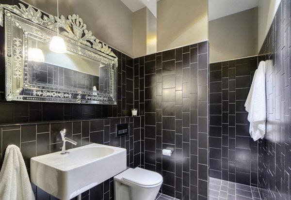 浴室采用黑色的瓷砖以及银色的皇家镜子为室内增添高贵典雅的气息。