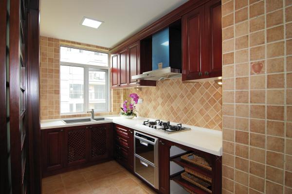 厨房设计采用木质橱柜配上相同色系的浅色瓷砖作为搭配,晚上搭配灯光效果给人以温馨的感觉。