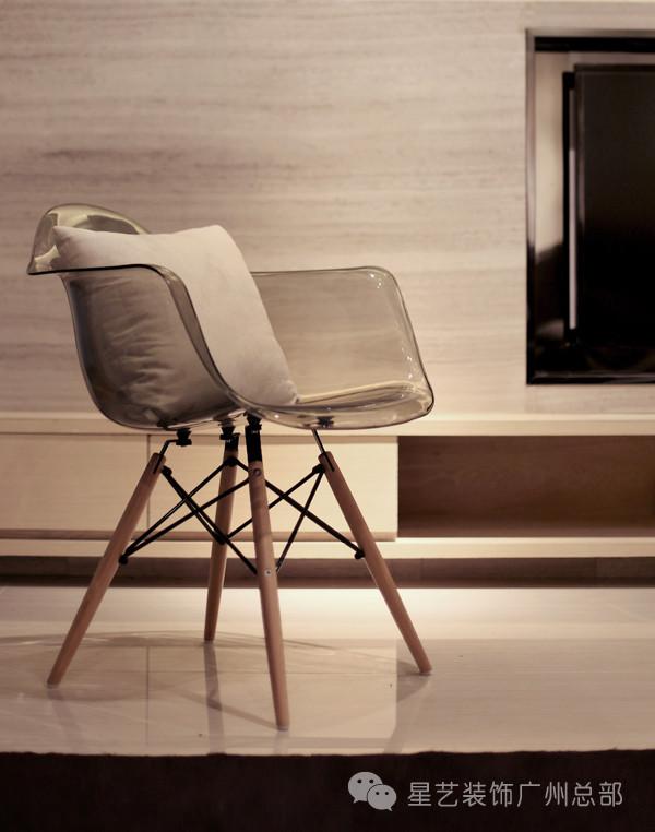 """""""椅子""""作为生活中的艺术品,不仅代表了设计大师们对生活的热爱,也代表了对完美的理解和追求,这种追求不仅体现在家具的风格上,也体现在设计的细节上。"""