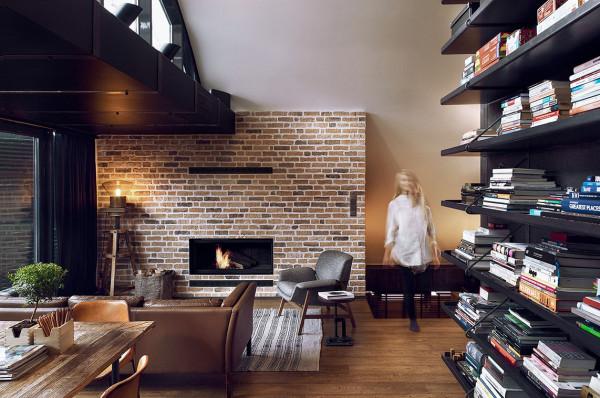 """在室内客厅的中间,有一个""""大方块"""",里面隐藏着设施功能一应俱全的浴室。"""