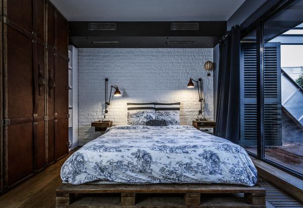 卧室的设计比较有工业范,白色的墙面搭配青色的床别有一番韵味。