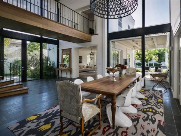 房屋结构是建筑的主要部分,因此,设计师将这里划分为两个部分,分别进行装修设计。