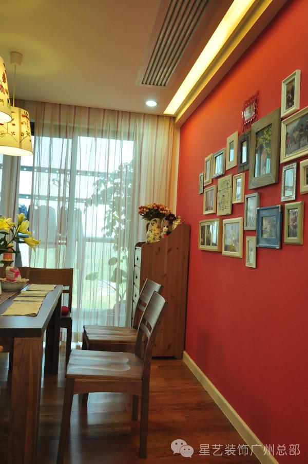 这篇红色是整个设计中最浓墨重彩的一部分,与木质的桌椅搭配,让餐厅成为空间中最活泼的部分。