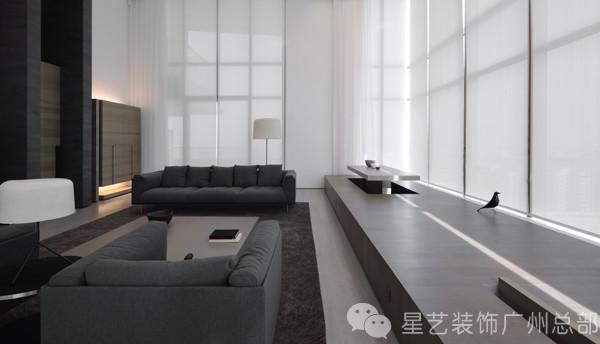 客厅窗前的木质地台在整个空间中占有一定比重。在大挑高的景观窗形成的背景之下,该区域在实际使用中成为展现生活趣味的舞台。