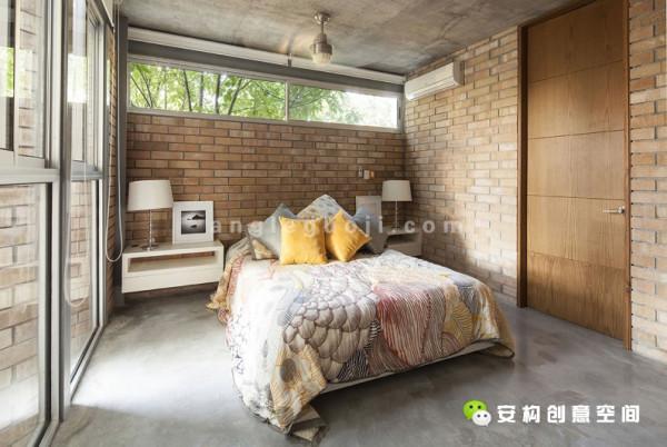 房子的建筑基础是金属结构,再辅以砖墙、裸露的混凝土梁板和光面的混凝土地板。