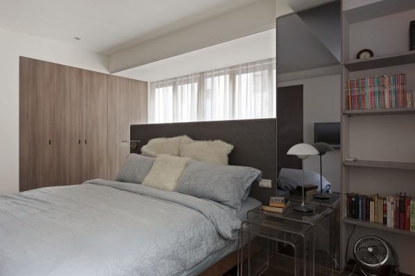 卧室的设计也极为合理,墙面的巧妙利用解决了书的存放问题。