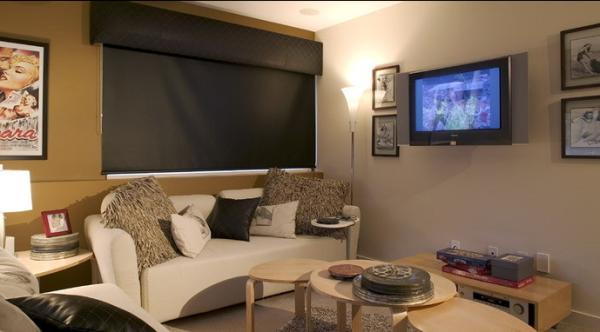 .沙发上毛茸茸的灰色靠垫给人一种温暖的感觉。
