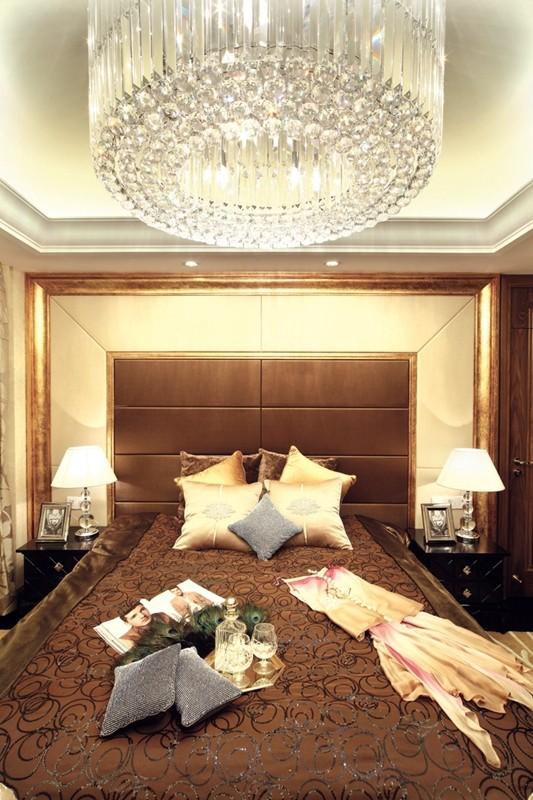 本案装饰采用的材质:相框线条,镜子,护墙板,软包...。