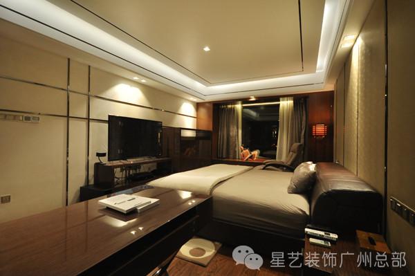 书房与卧室一体,通过木饰面板与书桌的重色系划分出空间的区域感。