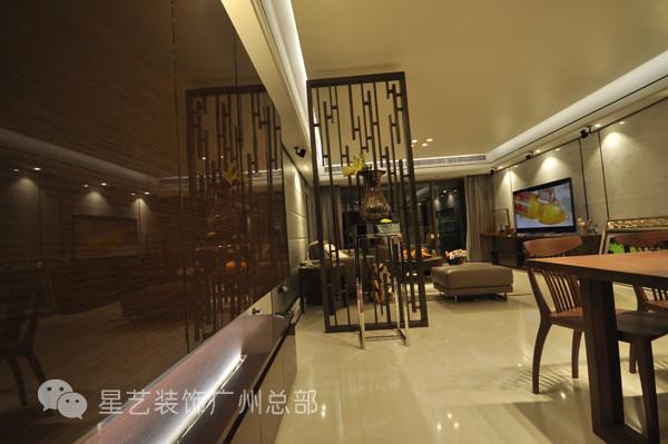屏风采用组合式处理,抽象化的镂空隔断、几何形态的高凳以及静放的百合花,为餐厅的整体中加入了一份神秘与优雅。