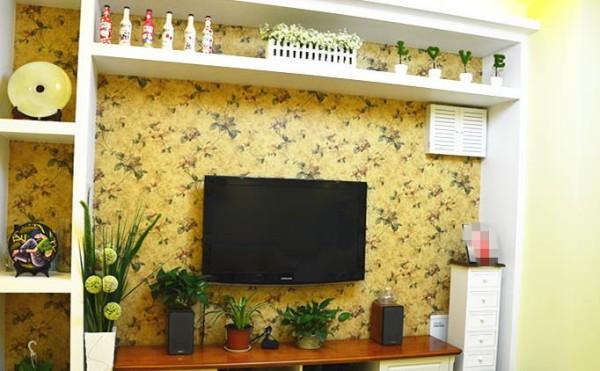 客厅背景墙以小饰品装饰,十分和谐自然