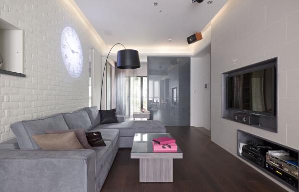 粗糙的白色墙面搭配、和谐、美观,让整体的设计看起来时尚感很强。