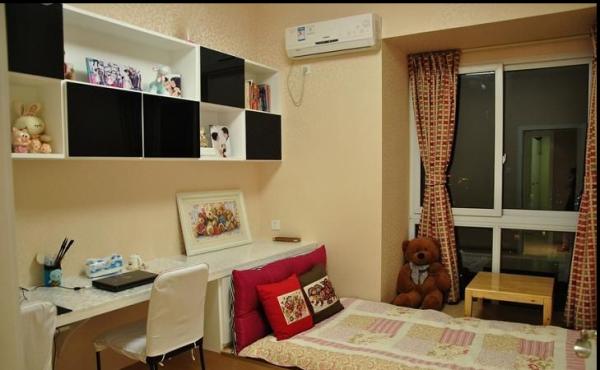 书房中也设计了一款榻榻米矮床在里面,方便家里来了客人的时候使用。