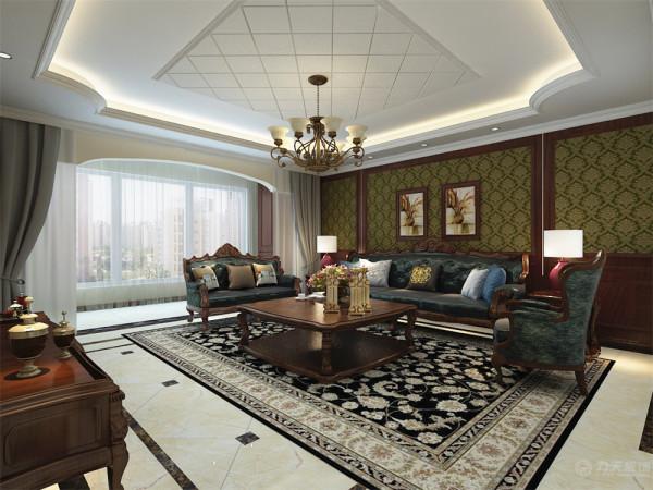 美式是以深木色为主,深木色护墙板,客厅电视背景墙是护墙板贴壁纸图片