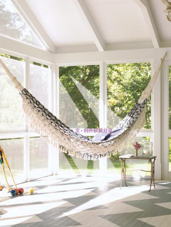 不过你是否想过吊床也可以安放在家里?基于它占地面积小,而且便于收纳的特点,设计师在阁楼、阳台也挂起吊床,看了上面的图片,你是否迫不及待把吊床搬回家里呢。
