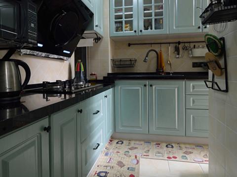 厨房就有些偏地中海风格了。淡蓝色的橱柜,给人一种视觉上的享受,在这样的厨房里做饭相信也不会觉得乏味。