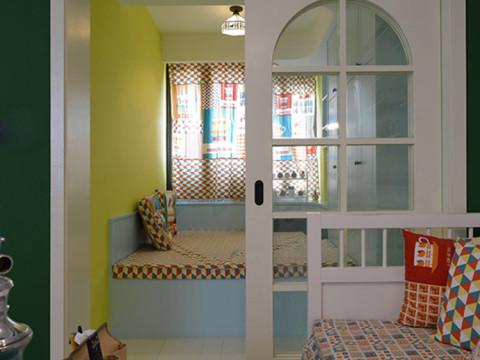 生活阳台,做成了一个类似与榻榻米的平台。可以在安静祥和的午后躺在上面小睡一会。推拉门就是地中海风格中常有的拱形门了。韵味满满。