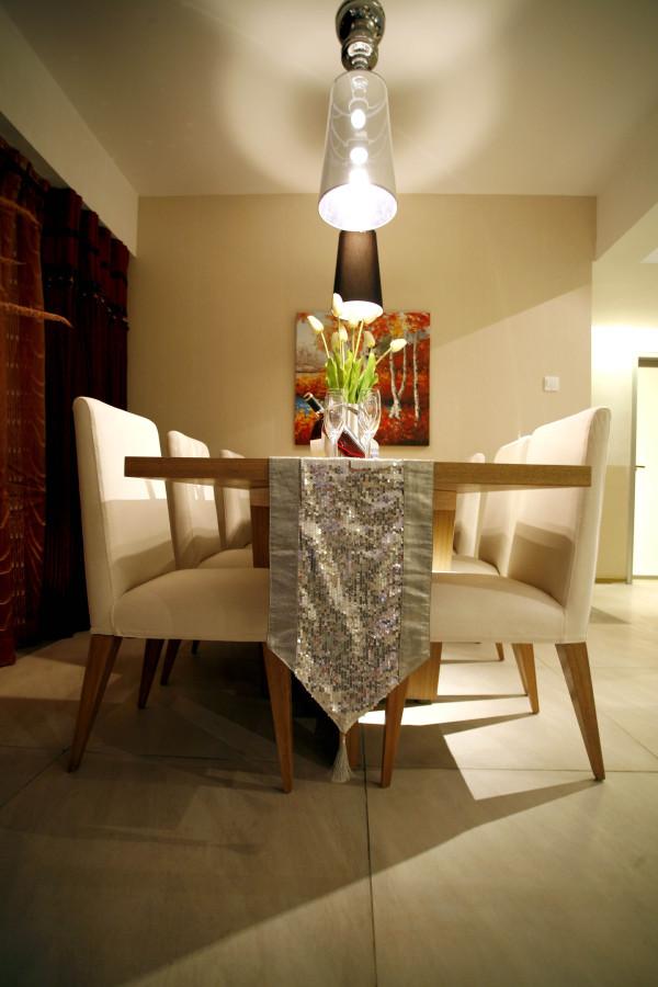 餐厅以白色的设计简单搭配,墙面配以现代时尚的挂画,整体时尚。