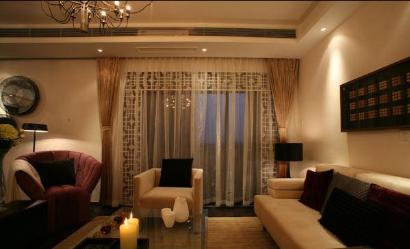 客厅与阳台之间使用了具有中式元素的镂空作为过渡