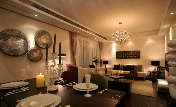 黑色沉稳气质的餐桌,在这个空间中并不显得沉重,在周围配饰的映衬下格外有魅力