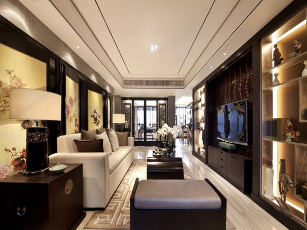 电视墙两边的几何不规则装饰架,再搭配柔和的灯带处理,中式花鸟字画的装饰,让客厅空间既大气时尚又不乏中式传统文化内涵。