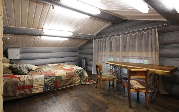 卧室的设计同样个性十足,拼接的床单,原木的桌椅相互协调。