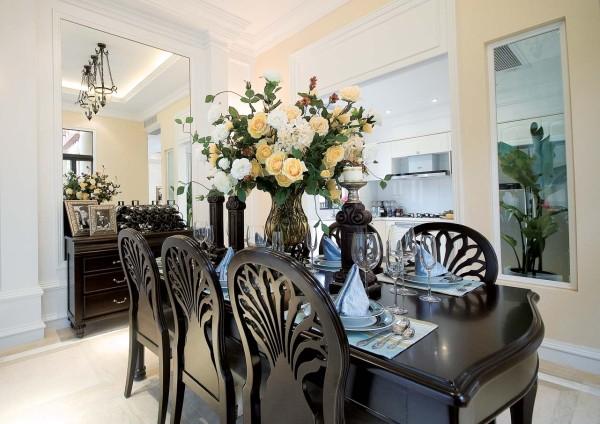 餐桌的设计很美观,深色的家具让整体的空间看起来厚重。