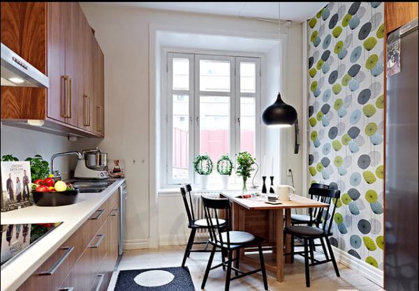可折叠的餐桌、黑色的造型椅子、造型吊灯构成了和谐的用餐环境