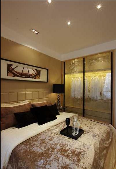 磨砂玻璃的衣柜门制造通透感又保留隐私。
