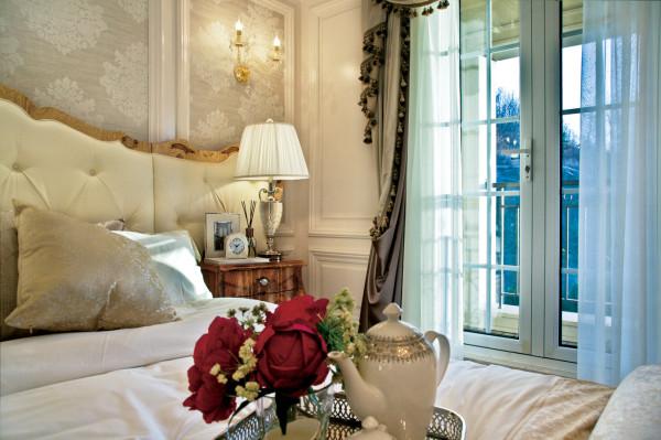 """""""自然、舒适、环保、清馨""""的法式田园风情,大量使用碎花图案的各种布艺和挂饰,与法式家具优雅的轮廓与精美的吊灯相得益彰。"""