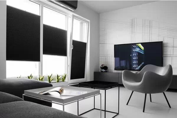 客厅虽然面积不大,选用线条比较干练的沙发,配以简洁的家具,十分符合单身男士的气质
