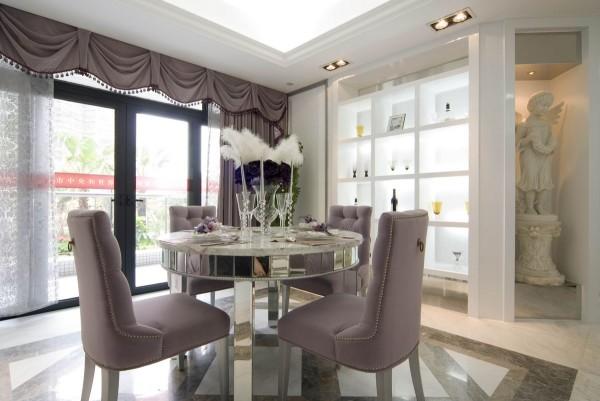 餐桌的设计也很简单,墙面的玻璃展柜设计让整体的设计也很大气。