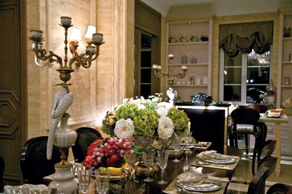客厅垂落在窗台上的优雅的花布窗帘,相同色系的小碎花家纺和窗帘等都让我们的心情丰盈而快乐。