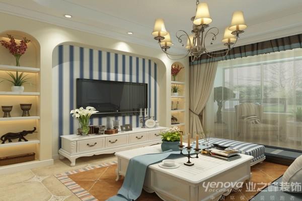 此区域为客厅,设计师在整个设计手法上硬装上做得比较简洁,主要通过色彩、白色家具的、蓝色条纹的壁纸,地中海风格的灯搭配来出效果。