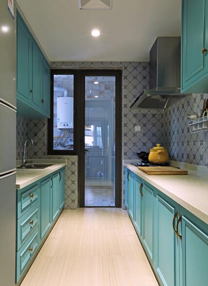 湛蓝的橱柜,在厨房的空间中形成独立的2个橱柜区域,做菜在也不担心操纵不方便了