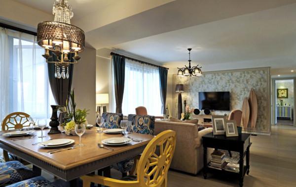 客餐厅在同一空间,通过电视墙,沙发在空间视觉上将每个区域独立城不同的生活空间