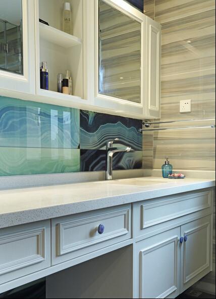 卫生间的台盆设计采用书柜的形式,加以带纹理的玻璃为做装饰