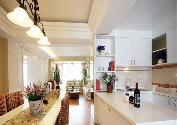 开放式的餐厅挨着厨房,视觉上空间更开阔,软装配饰设计也要做碎花的图案。