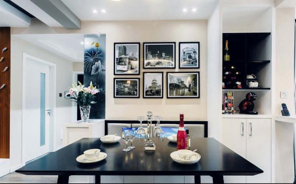 黑色的餐桌配合墙面的浅色组合出经典的复古色彩,配搭黑白色的相片。