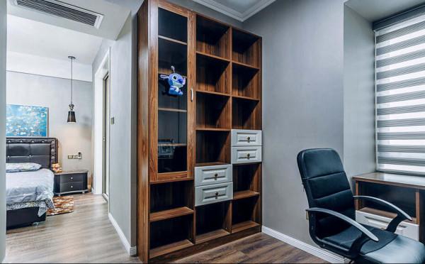 书房的实木书柜配合白色的抽屉,拉伸出不同的层次感觉