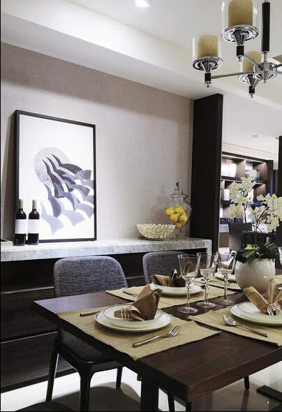 餐桌旁的端景墙既是理想的展示空间,也是实用的备餐柜。